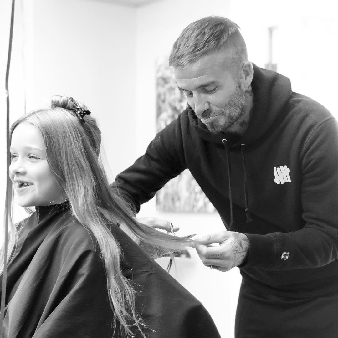 David Beckham triste al cortarle el cabello a su única hija.