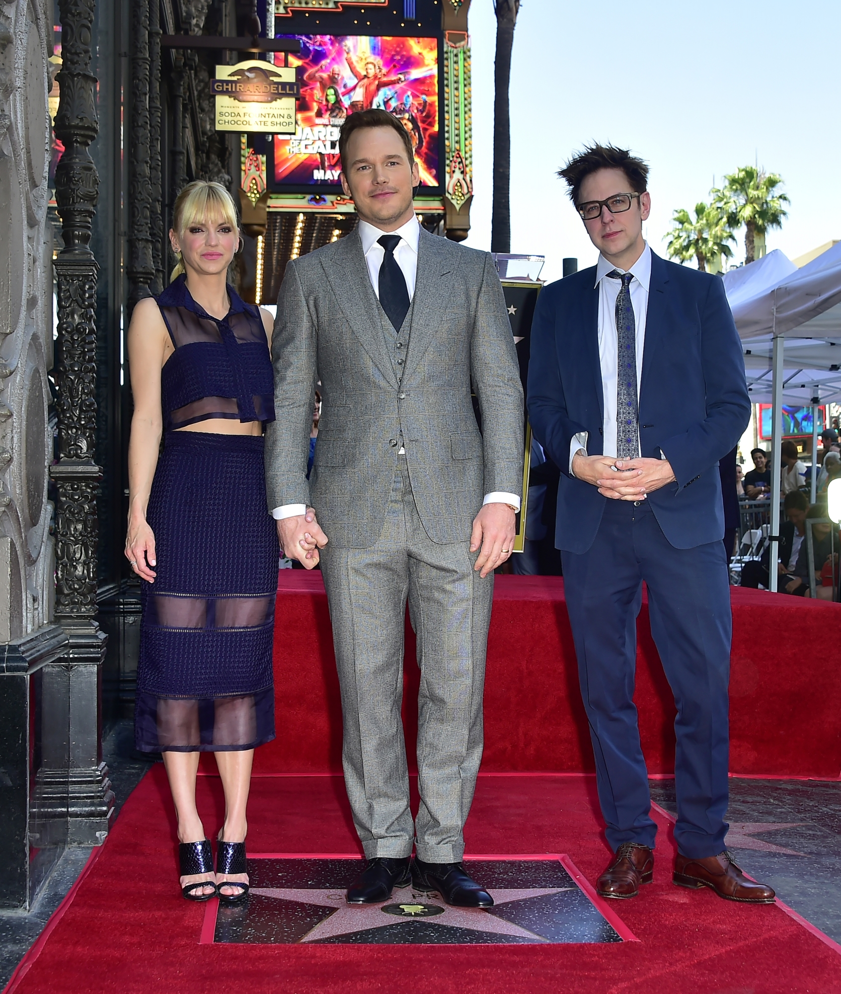 James Gunn junto a Chris Pratt y Anna Faris en Hollywood. (Foto: AFP)