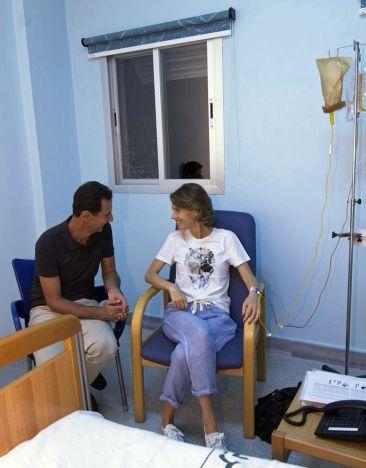 Asma al Assad recibiendo tratamiento acompañada por su esposo. (Foto: SANA)