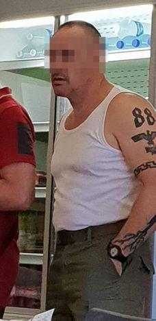 El tatuaje nazi que habría mostrado el conductor de la empresa STIB-MIVB. (Foto: Twitter)