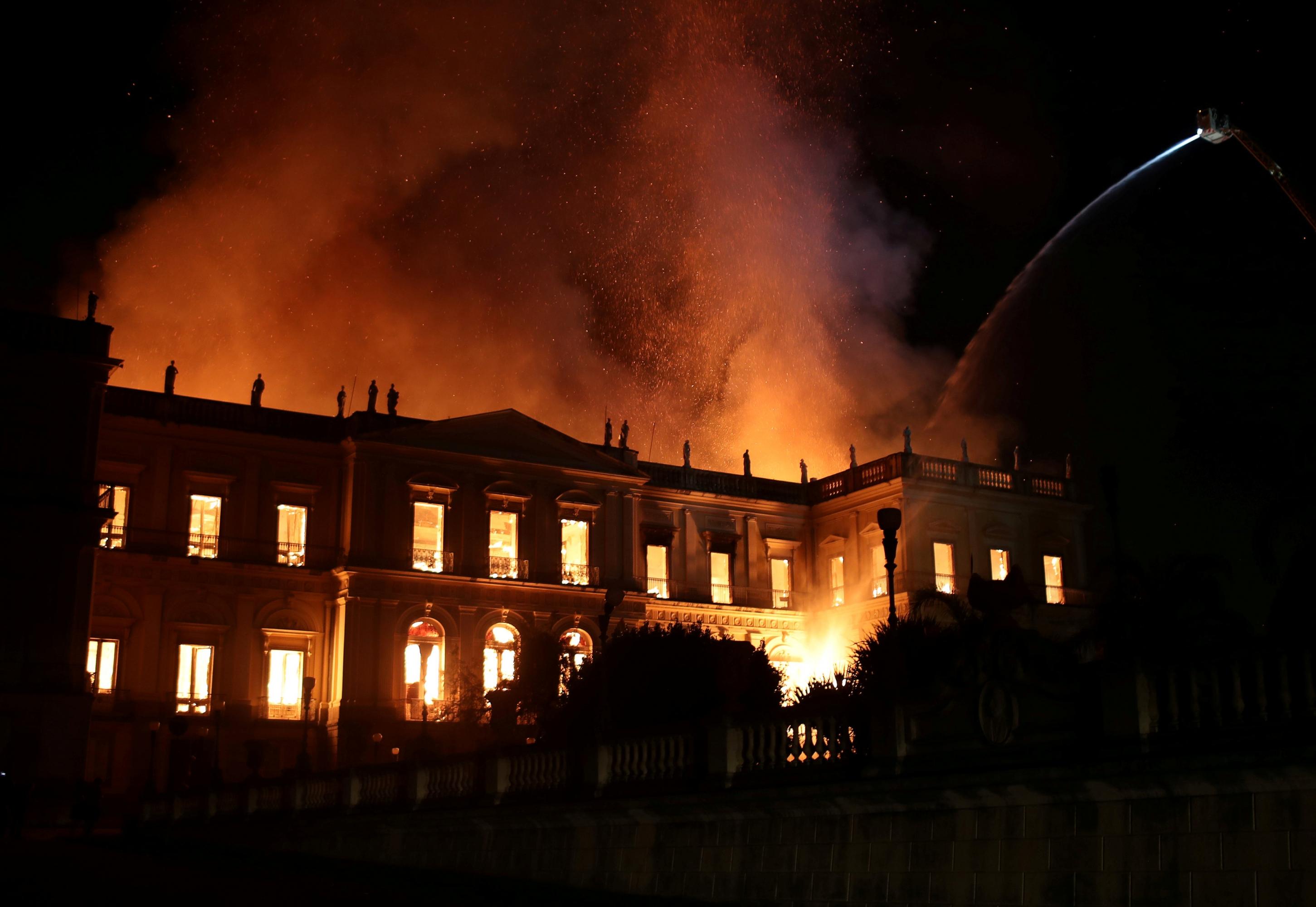 Un enorme incendio arrasó un museo de 200 años en Rio de Janeiro el domingo. | Foto: Reuters