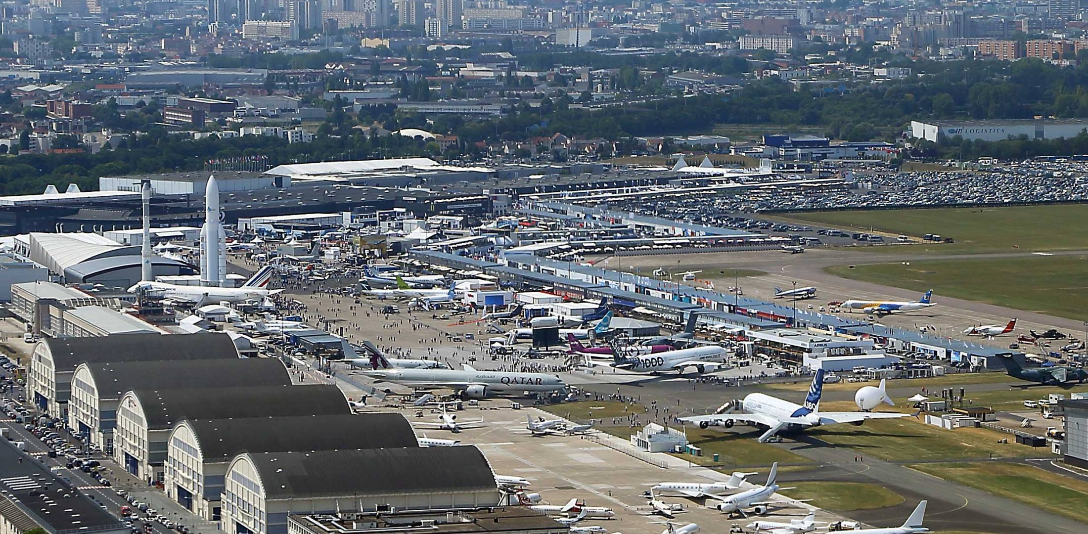 Rusos se encontraban en los alrededores del aeropuerto de Bourget. | Foto: Twitter / <code>parisairshow&quot; title=&quot;Rusos se encontraban en los alrededores del aeropuerto de Bourget. | Foto: Twitter / </code>parisairshow