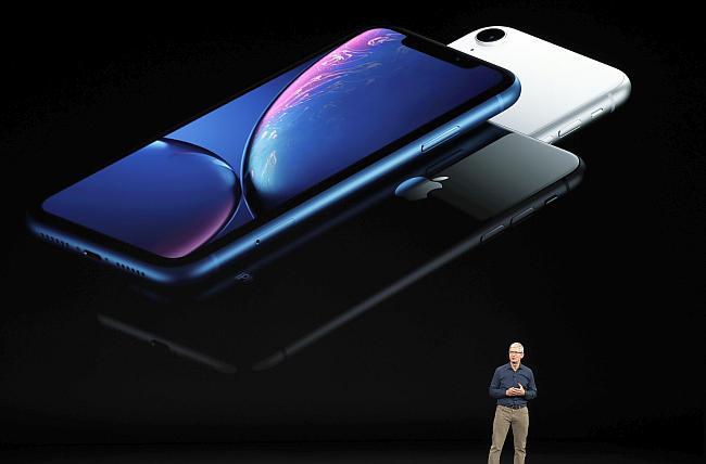 Tim Cook junto a otros ejecutivos de Apple presentaron los nuevos iPhones en la sedede Cupertino, en SiliconValley. (Foto: Reuters)