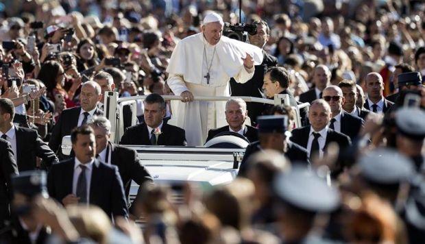 El papa Francisco, durante su audiencia pública de los miércoles en la plaza de San Pedro del Vaticano. (Foto: EFE)