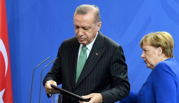 El presidente de Turquía, Recep Tayyip Erdogan, y la canciller alemana, Angela Merkel, ofrecen una rueda de prensa conjunta, en Berlín, Alemania. (Fuente: EFE)