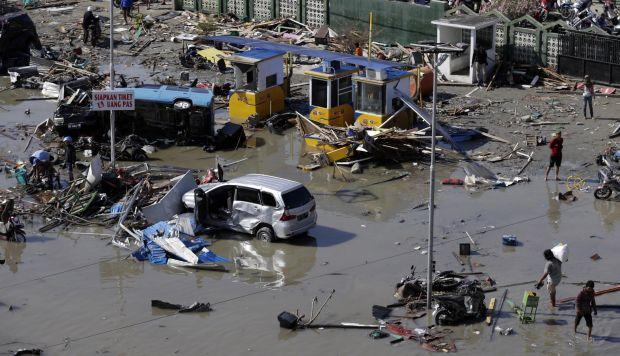 Según informes, al menos 800 personas han muerto como consecuencia de una serie de fuertes terremotos que azotaron el centro de Sulawesi y desencadenaron un tsunami. (Foto: EFE)