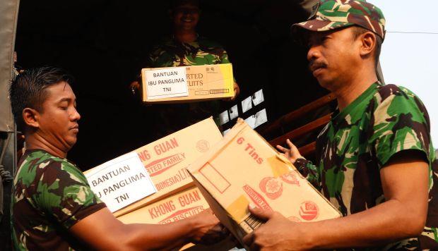 Los miembros de la Fuerza Aérea de Indonesia descargan bienes donados, que serán transportados a las áreas afectadas en Sulawesi Central. (Foto: EFE)