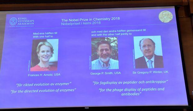 Los premios Nobel de química 2018. Frances H Arnold de Estados Unidos ganó la mitad del premio, mientras que George P Smith de Estados Unidos y Gregory P Winter de Reino Unido compartieron la otra mitad. (Foto: AFP)