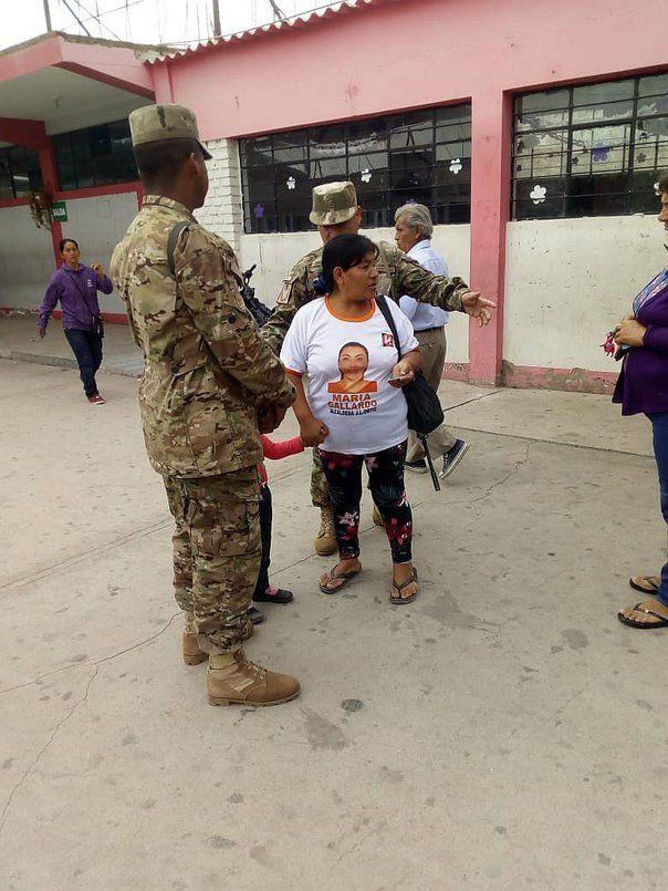 La mujer fue retirada del local de votación por los efectivos del orden.