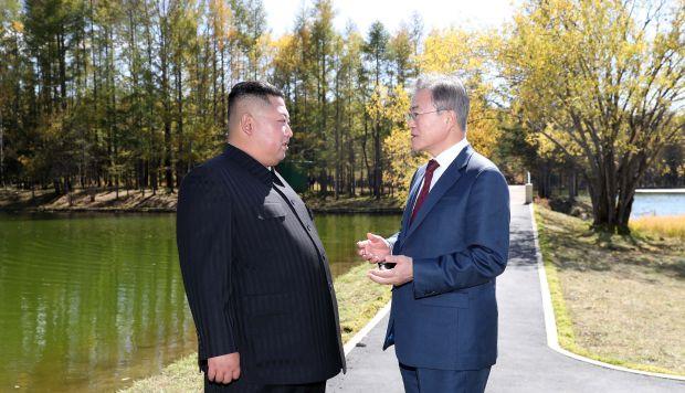 El presidente de Corea del Sur, Moon Jae-in, será quien entregue la invitación de Kin Jong-un al Papa Francisco. (Foto: AFP)