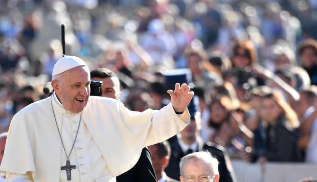 El papa Francisco saluda durante su tradicional audiencia semanal en la Plaza de San Pedro del Vaticano. (Foto: EFE)