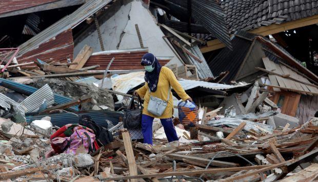 Una mujer inspecciona los escombros de una vivienda dañada en el terremoto y posterior tsunami en Palu. (Foto: EFE)