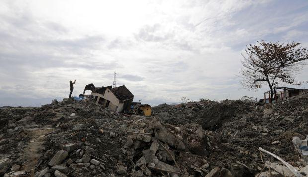 Miembros de los equipos de rescate continúan con la búsqueda de víctimas en Palu, en la isla indonesia de Célebes. (Foto: EFE)