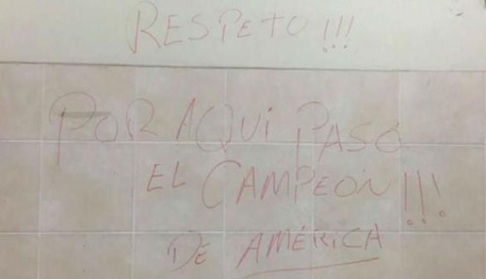 El mensaje que dejaron los jugadores de Chile en el Estadio Nacional (Foto: Facebook).