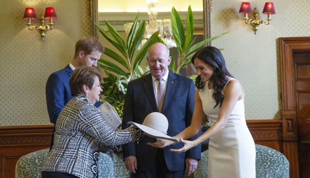 El gobernador general australiano, Sir Peter Cosgrove y su esposa Lady Cosgrove regalan un canguro de juguete y un par de botas pequeñas al Príncipe Harry y su esposa Meghan. (Foto: EFE)
