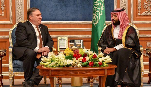 El secretario de Estado estadounidense, Mike Pompeo, durante su encuentro con el príncipe heredero saudí, Mohamed bin Salman, en Riad. (Foto: EFE)