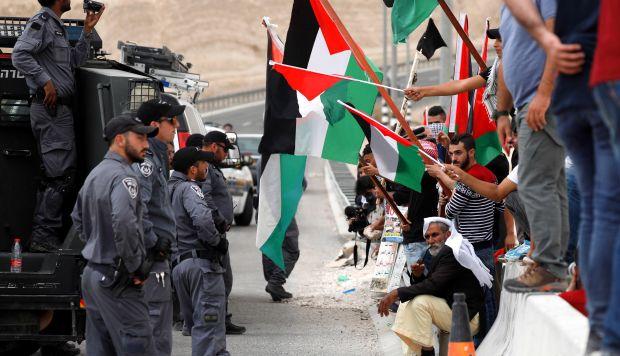 Soldados israelíes discuten con un manifestante durante una protesta de activistas palestinos. (Foto: EFE)