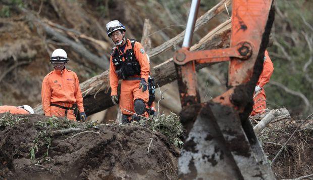Equipos de rescate de bomberos buscan personas desaparecidas en Astuma después de un terremoto de magnitud 6,6 que azotó la isla de Hokkaido. (Foto referencial: AFP)