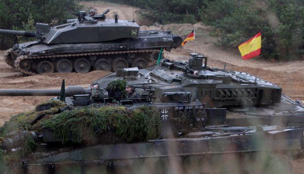 Soldados polaco con taques PT-91 Twardy, soldados españoles con tanques Leopard y soldado alemanos con tanques Leopard, participan en un ejercicio de artillería de las naciones con mayor presencia en la OTAN. (Foto: EFE)