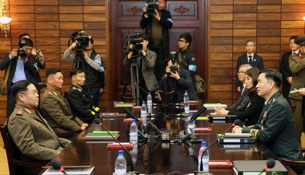 El jefe de la delegación surcoreana, mayor general Kim Do-gyun, mientras se reúne con su homólogo norcoreano An Ik-san durante las conversaciones intercoreanas de militares generales. (Foto: EFE)