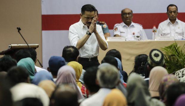 El fundador de la aerolínea Lion Air, Rusdi Kirana, se disculpa ante los familiares de las 189 víctimas del vuelo JT-610 durante una reunión con autoridades y la dirección de la aerolínea. (Foto: EFE)