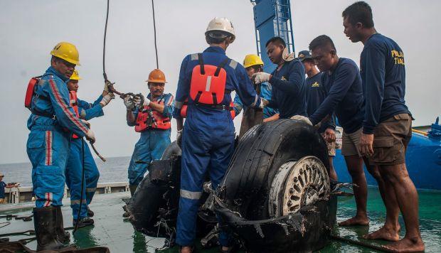 Los rescatistas indonesios levantan las ruedas recuperadas del Lion Air JT-610 a bordo de un barco de rescate en el agua de Karawang, Java Occidental, Indonesia. (Foto: EFE)