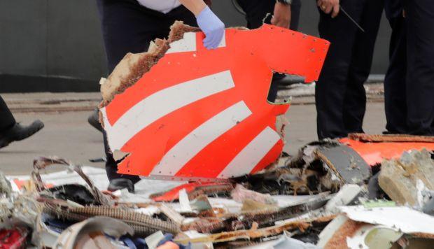 Miembros de los servicios de rescate recuperan restos del avión accidentado en el puerto Tanjung Priok durante las tareas de rescate en el mar de Java. (Foto referencial; EFE)