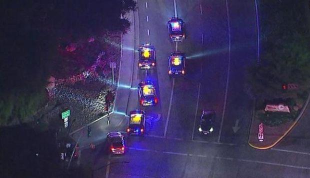 Dotaciones de Policía cerca del lugar del tiroteo en Thousand Oaks. (Foto: Twitter)