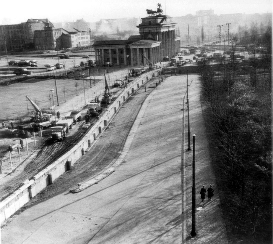 Fotos de la construcción del muro de Berlin, obra que fue llevada a cabo entre los años 1961 y 1962. Las fotografías esta tomadas desde el lado oeste. (Foto: EFE)