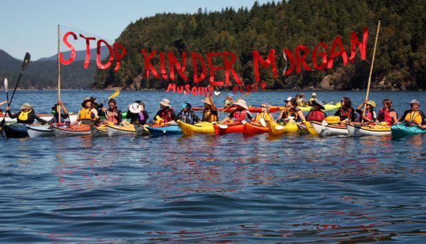 Los kayaktivistas sostienen los planes de protesta de Kinder Morgan para construir un gasoducto durante un