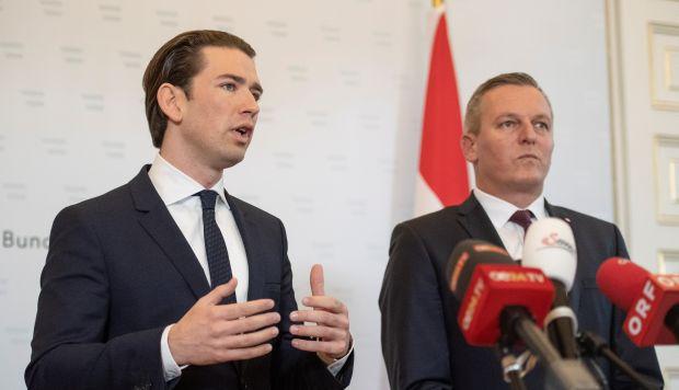 El canciller austriaco, Sebastian Kurz, y su ministro de Defensa, Mario Kunasek, hacen una declaración a la prensa en la Cancillería en Viena (Austria). (Foto: EFE)