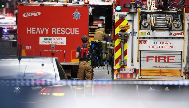 Los servicios de Emergencias llegan a la concurrida calle Bourke, donde una persona ha muerto y otras dos se encuentran hospitalizadas después de que un hombre armado con un cuchillo las atacase. (Foto: EFE)