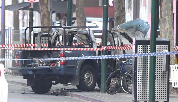 Estado en el que quedó el vehículo del supuesto atacante que apuñaló a una persona de muerte e hirió a otras dos en una concurrida calle del centro de la ciudad australiana de Melbourne. (Foto: EFE)