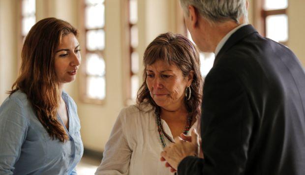 Maritza, madre del acusado Fernando Candia, es consolada por delegados de la embajada chilena tras romper a llorar a las puertas de la sala del tribunal en Kuala Lumpur. (Foto: EFE)