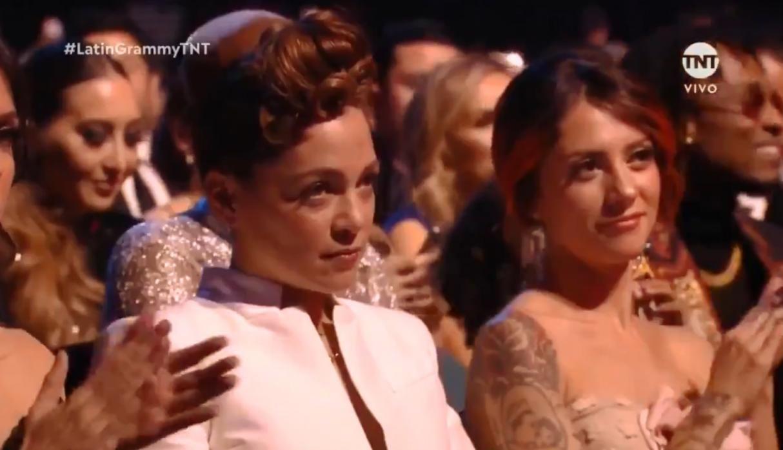 Esta fue la reacción de Natalia Lafourcade cuando Maluma recibió su trofeo. (Foto: Captura)