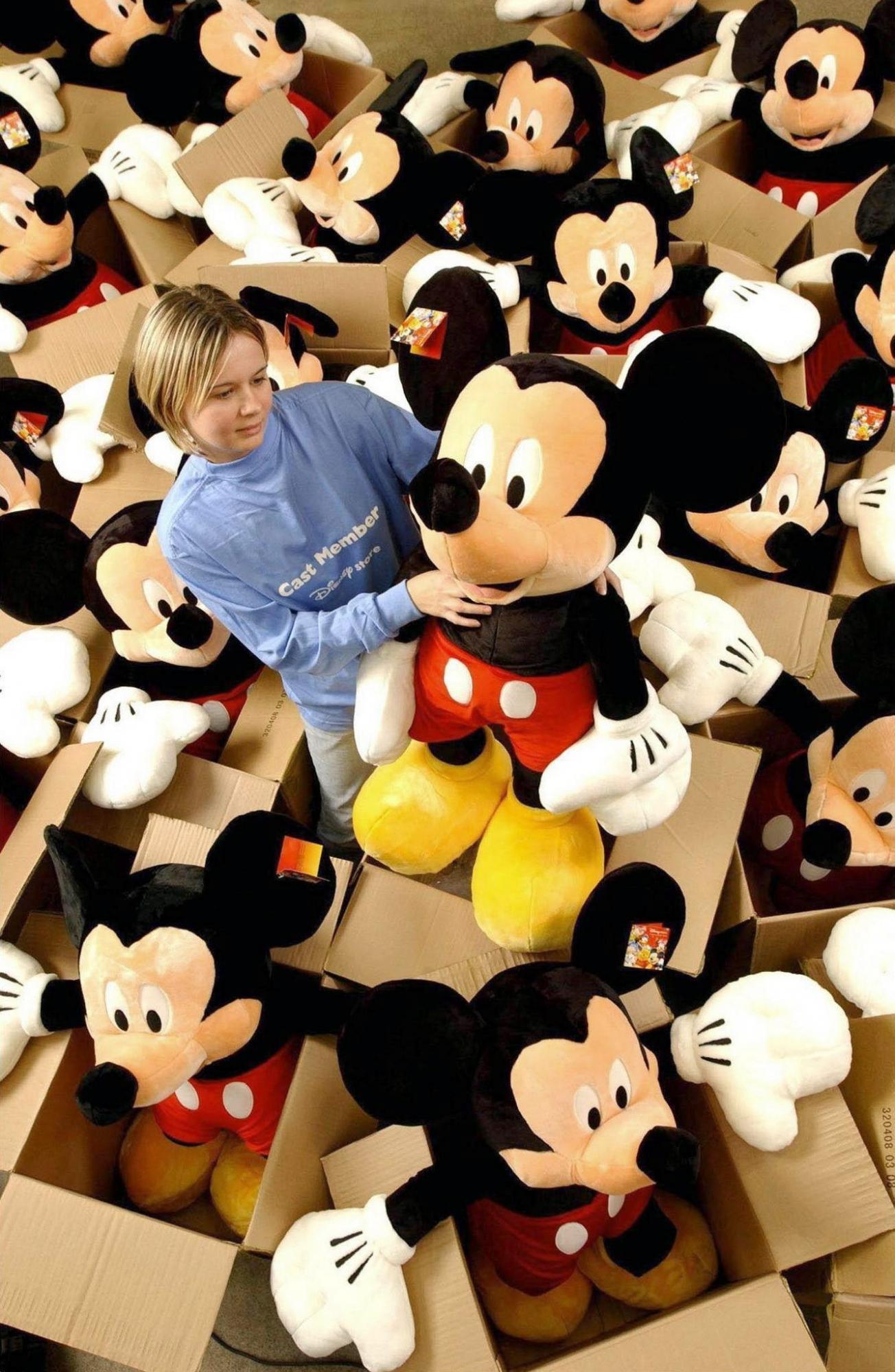 Mickey Mouse, emblema de la compañía Disney, cumple 90 años. (Adrian Brooks / EFE)