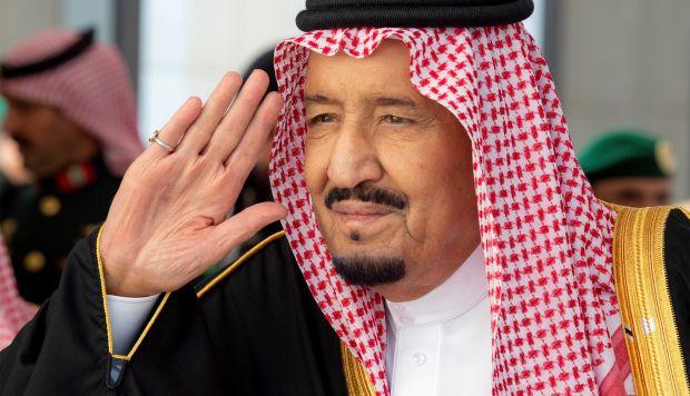 El rey de Arabia Saudí, Salman bin Abdelaziz, mientras saluda a su llegada al Consejo de la Shura, un órgano consultivo. (Foto: EFE)