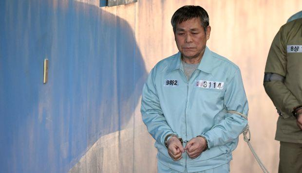 El pastor surcoreano, Lee Jaerock, llega a la Corte del Distrito Central de Seúl para asistir a su juicio en Seúl. (Foto: AFP)