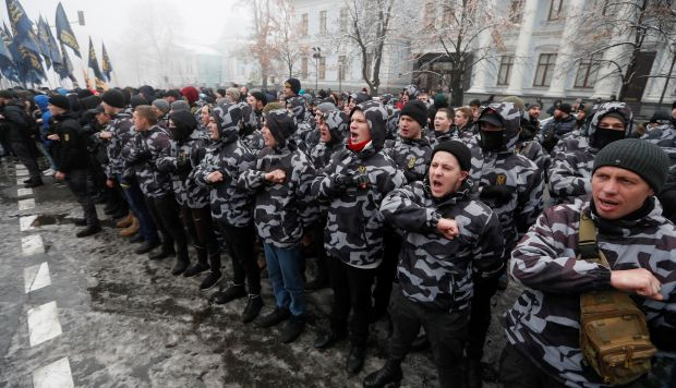 Nacionalistas ucranianos participan en una manifestación en la que demandan romper las relaciones diplomáticas con Rusia. (Foto: EFE)