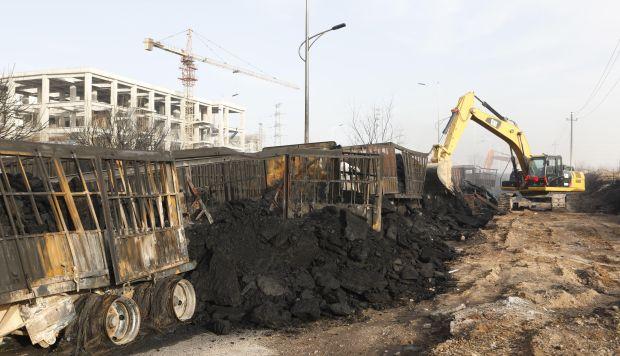 Vista de varios vehículos calcinados tras una explosión cerca de una planta química en Zhangjiakou. (Foto: EFE)