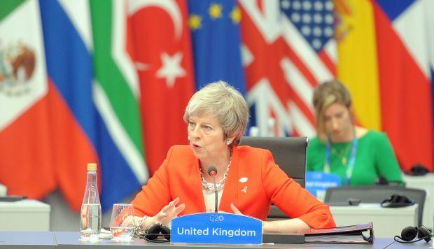 La primera ministra insistió en una entrevista que está conversando con sus colegas en el Parlamento y reconoció los problemas que para muchos diputados representa el