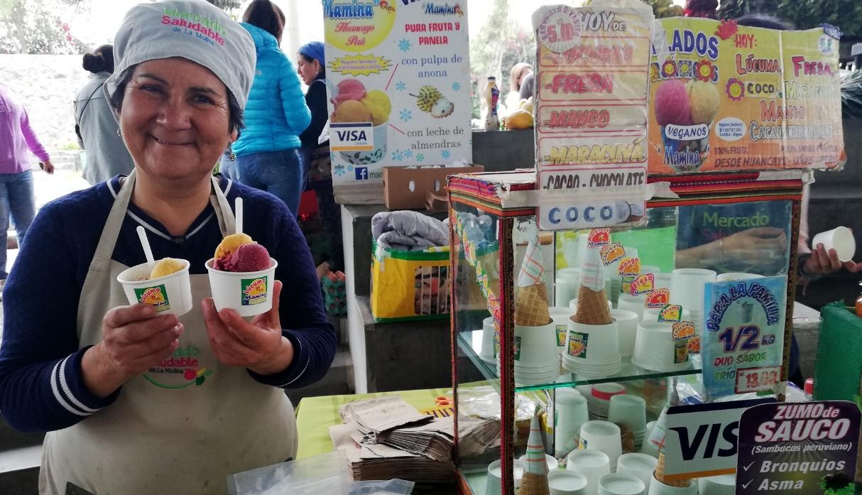 'Mamina' con su carisma y helados conquista a sus clientes. (Foto: Samantha Aguilar)