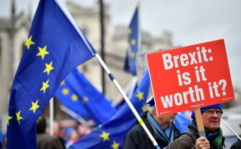 Un manifestante anti-Brexit sostiene un cartel que dice