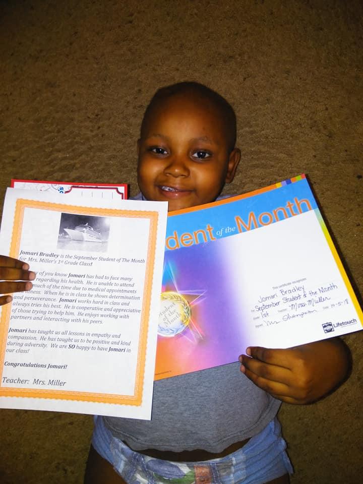 Un niño de 6 años con cáncer recibe cientos de tarjetas de Navidad de extraños. (Prayers For Jomari Bradley)