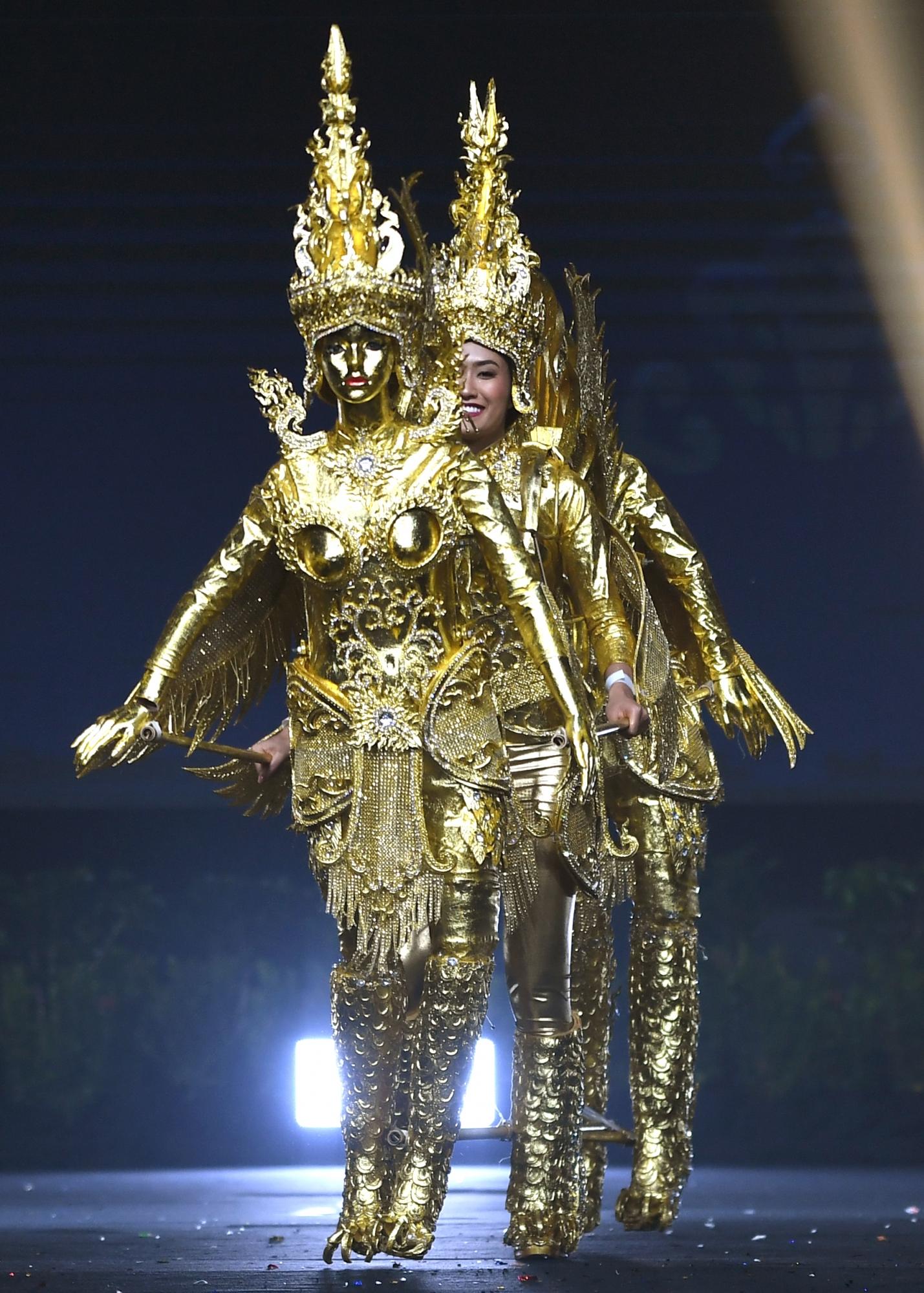 On-anong Homsombath se impuso con traje típico. (Foto: AFP)