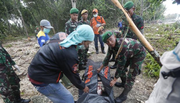 Un equipo de rescate evacua el cuerpo de una víctima después de que un tsunami golpeó el Estrecho de Sunda en Tanjung Lesung, Banten, Indonesia. (Foto: EFE)