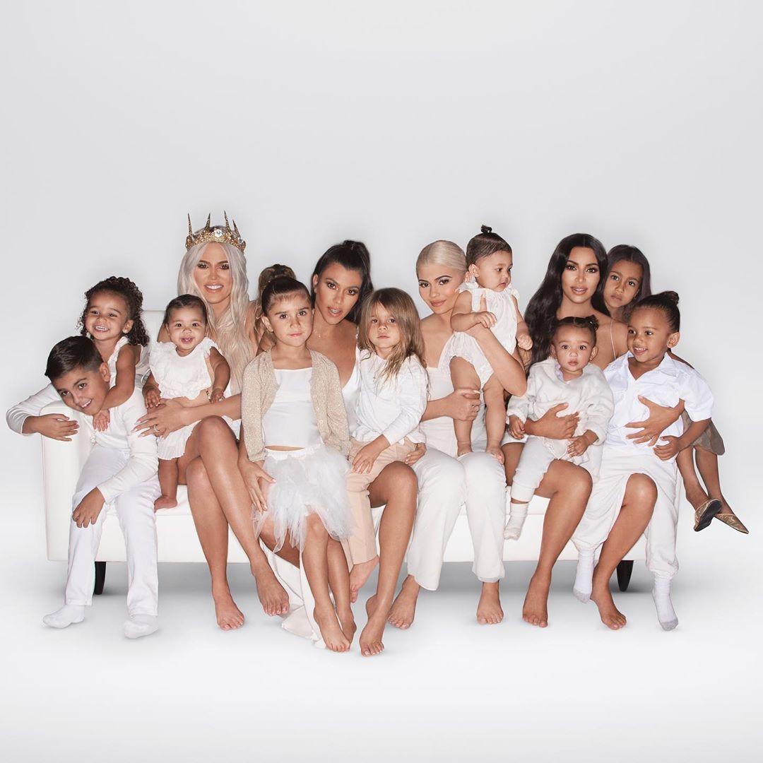 Kim Kardashian indica que Kendall y su madre no estuvieron presentes en fotografía familiar. (Foto: Instagram)
