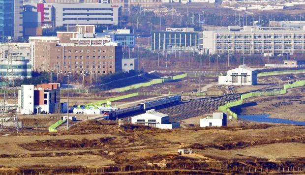 Los trenes de Corea del Sur, centro izquierda, y de Corea del Norte, centro derecha, se ven en la estación de Panmun en Kaesong, Corea del Norte. (Foto: AP)