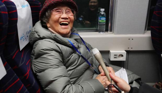 Kim Geum-ok, quien se separó de su familia durante la guerra de Corea de 1950-53, sonríe a bordo de un tren especial con destino a la ciudad fronteriza norcoreana de Kaesong. (Foto: EFE)