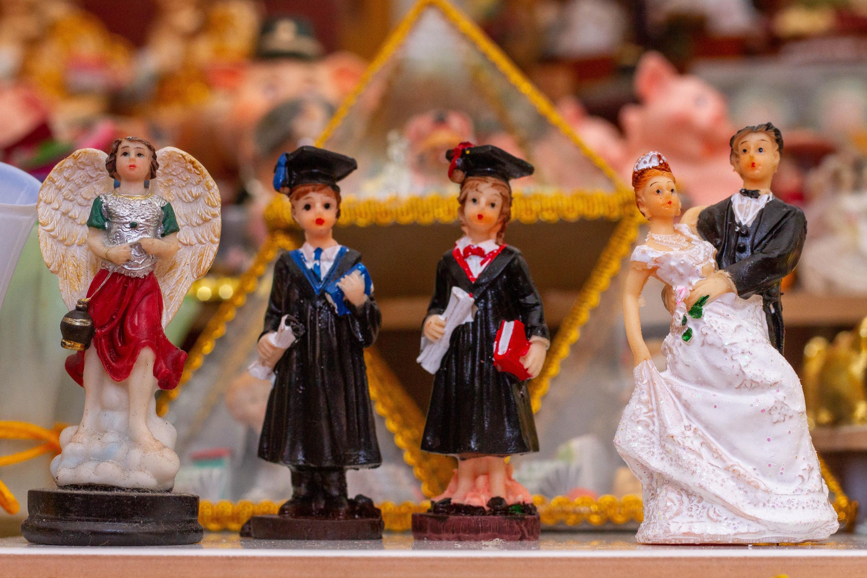 El ángel de la protección, los graduados o la pareja de esposos, también son representados en alasitas para cumplir el anhelo deseo. (Foto: Z. Carbajal)